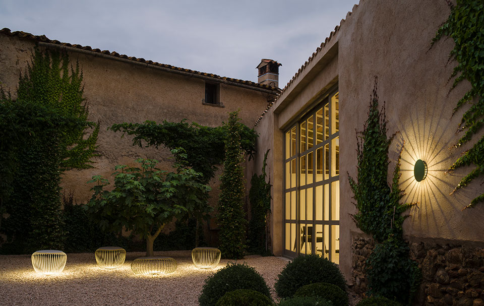 Lighting the vertical surfaces of outdoor settings