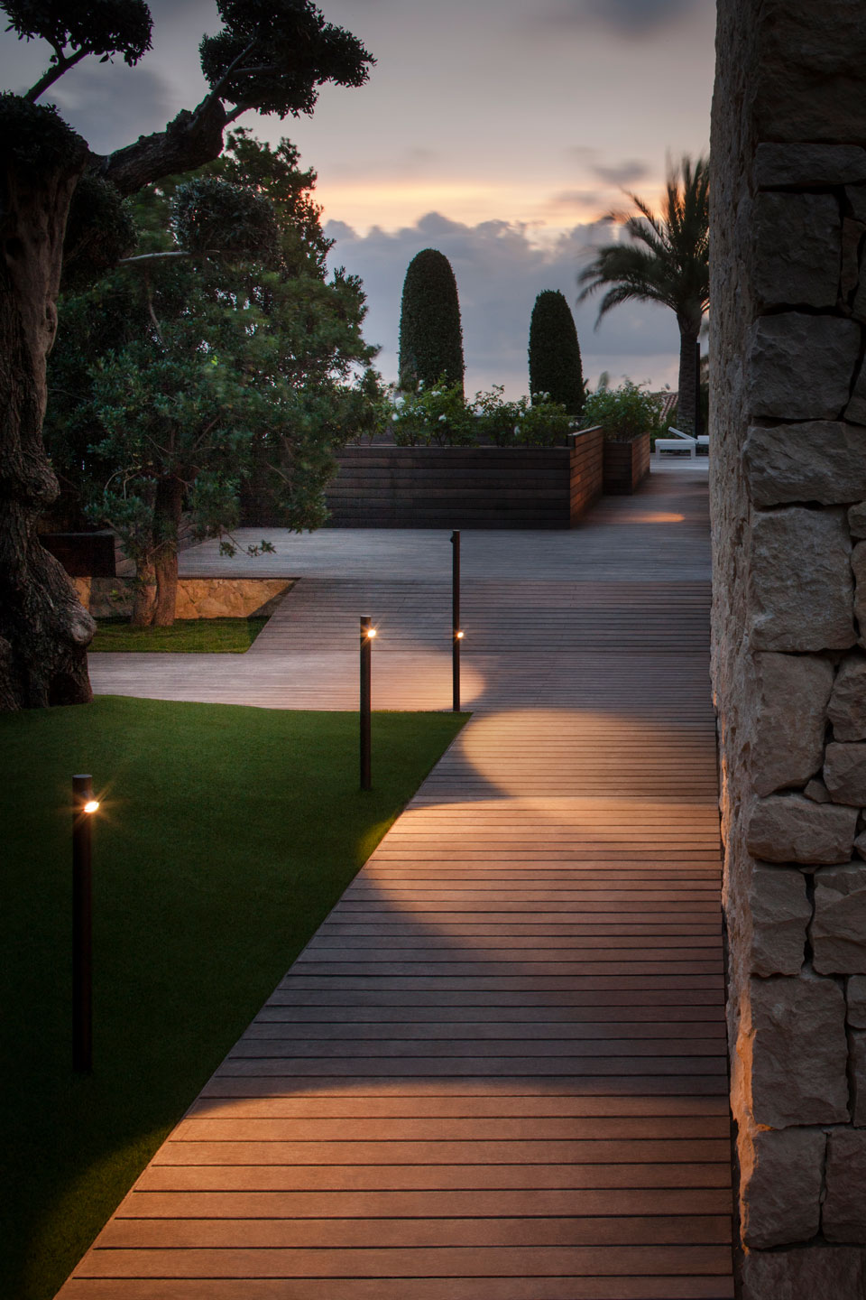 Garden Path Lighting Solutions From