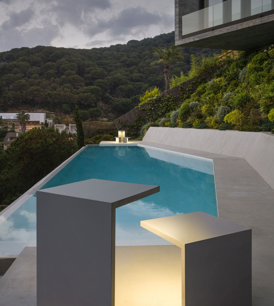Vibia The Edit - Vibia brightens pool areas